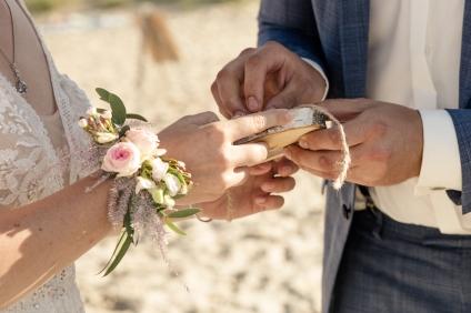 Blumen-Heiraten-auf-Usedom-brautsrauß-rosen-und-dornen-florist-zinnowitz-blumenladen-blumenarmband-rosa-ringtausch